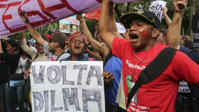 """""""Vuelve, Dilma"""", piden estos manifestantes brasileños, el 22 de mayo de 2016 en Sao Paulo."""