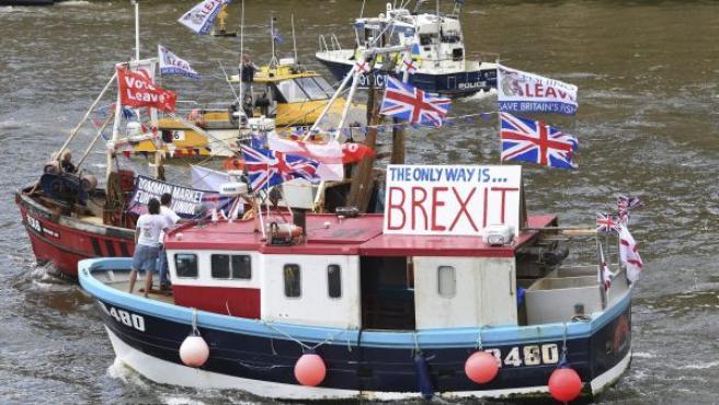 Una flotilla de barcos de pesca, organizada por el líder de UKIP, Nigel Farage, navega por el Támesis, en Londres (Reino Unido). Farage continúa con la campaña a favor de la salida del país de la UE.