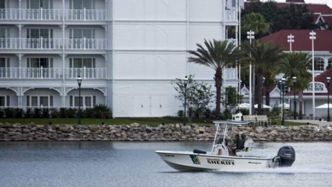 Una lancha de la policía cerca del Grand Floridian Resort & Spa de Walt Disney World Resort en Orlando, Florida (Estados Unidos), donde se ha encontrado el cuerpo sin vida de un niño arrastrado por un caimán.