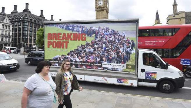 Peatones caminan junto a un cartel de la campaña del Partido de la Independencia del Reino Unido (UKIP) a favor del 'Brexit' en Londres.