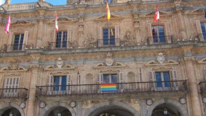 Bandera arcoiris en el balcón del Ayuntamiento de Salamanca