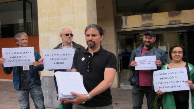 Vecinos presentan firmas pidiendo dimisión de Caunedo por Villa Magdalena