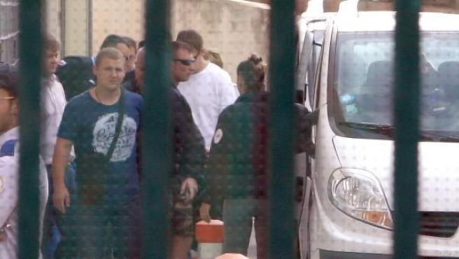 Hinchas rusos son conducidos por la policía francesa a un centro de detención en Marsella.