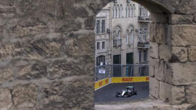 Espectacular imagen del piloto alemán Nico Rosberg en el circuito urbano de Bakú.