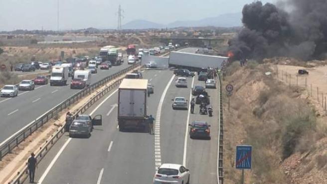 Imagen del accidente de dos camiones en la autovía A-7 a su paso por el Cabezo de Torres, en Murcia.