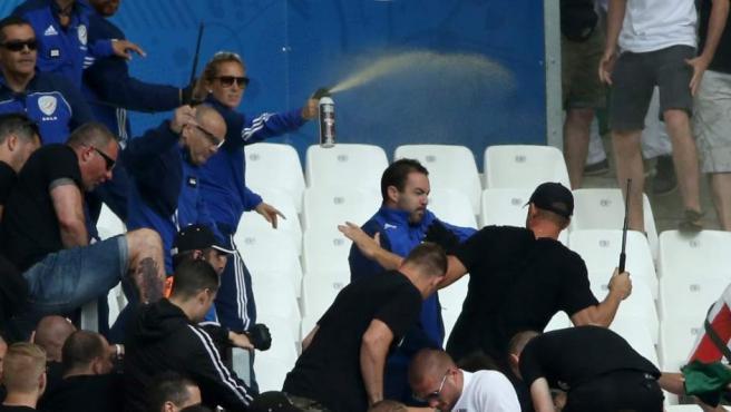 Hinchas húngaros, 'stewards' de la UEFA y agentes de Policía franceses, en una pelea en las gradas del estadio Velodrome de Marsella.