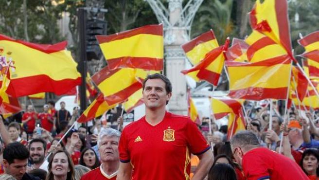El candidato de Ciudadanos para presidir el Gobierno, Albert Rivera, viendo a España en Barcelona.