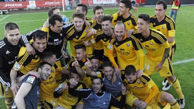 Los jugadores de Osasuna celebran el ascenso a Primera División tras el partido de vuelta de la promoción de ascenso de la Liga Adelante que Girona y Osasuna disputaron esta tarde en el estadio Montilivi de Girona.