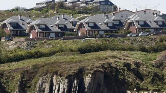 Una urbanización en la costa cántabra de Liencres.