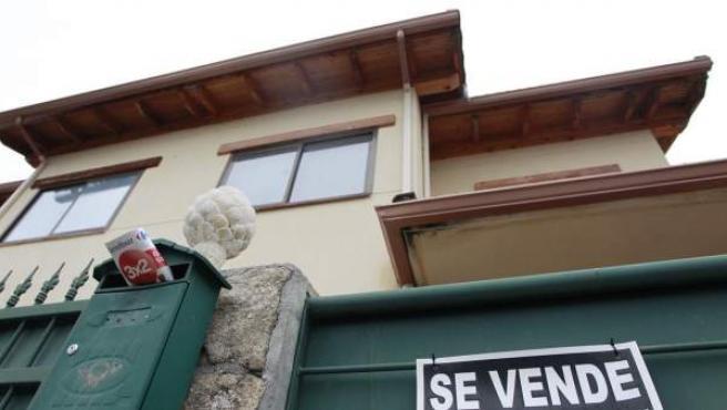 Una vivienda unifamiliar, con un cartel de 'Se Vende'.