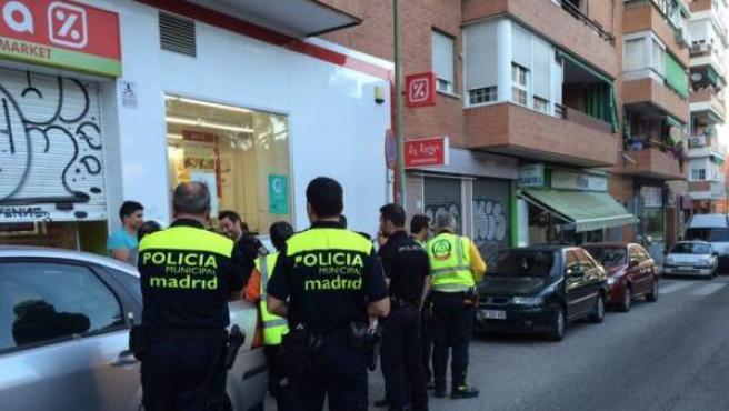 La Policía, presente en un supermercado de San Blas donde se produjo un atraco con un herido de bala.