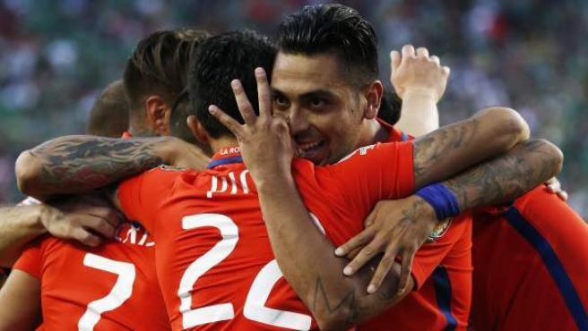 Los jugadores de la selección chilena celebran uno de los siete goles que le metieron a México en cuartos de la Copa América Centenario.