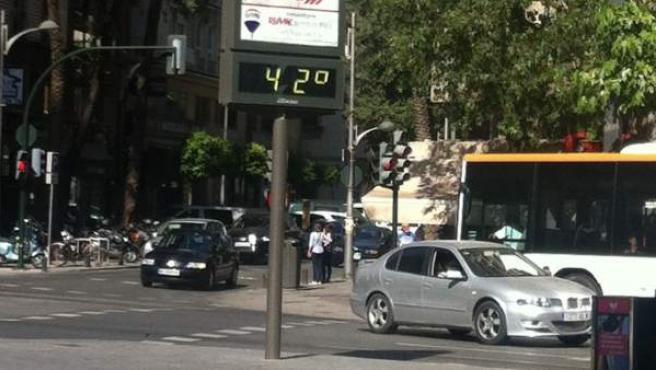 Imagen de un termómetro urbano marcando 42º C en la ciudad de Murcia.