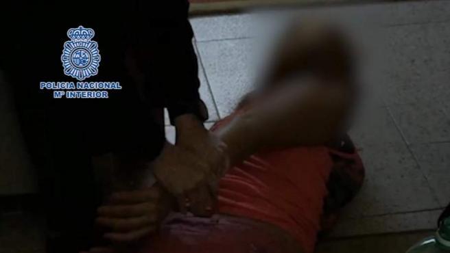 Agentes de la Policía Nacional detienen a una persona en el marco de una operación para liberar a una menor que estaba siendo explotada sexualmente en Toledo.