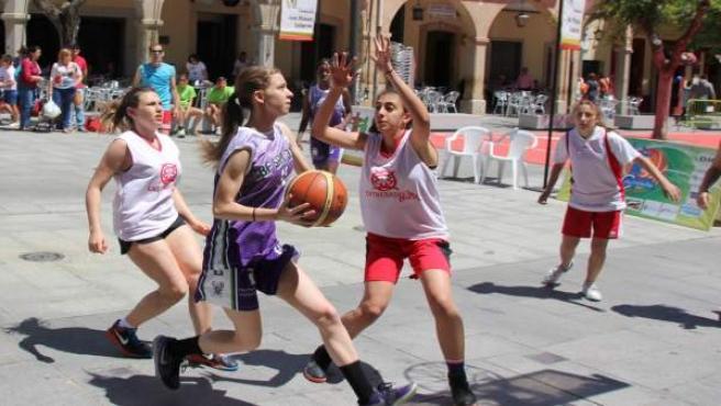 Chicas jugando al baloncesto en el Street Basket de Villanueva