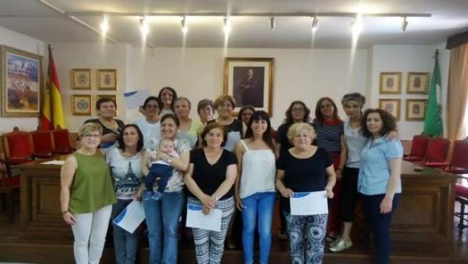 Las 18 alumnas del taller de pintura con sus diplomas acreditativos.