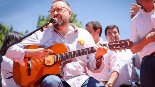 El portavoz de Ciudadanos en el Congreso, Juan Carlos Girauta, cantando 'Mediterráneo' en un mítin.