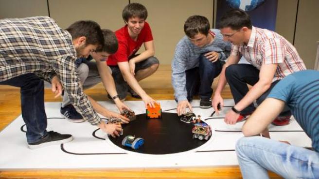 Estudiantes de la UPNA en un concurso de diseño de robots.