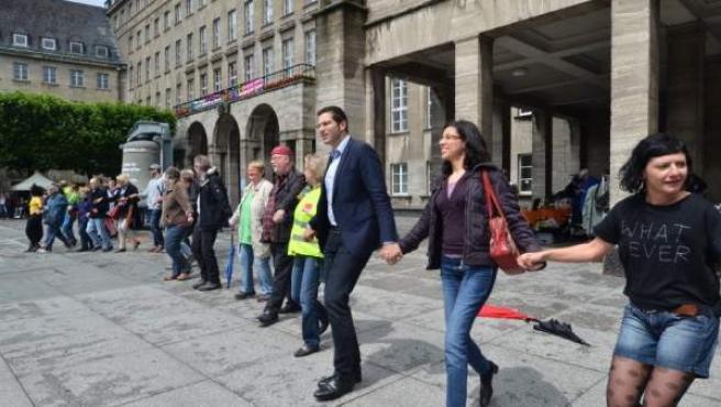 Los participantes en la cadena convocada por diversas formaciones políticas, organizaciones y sindicatos.