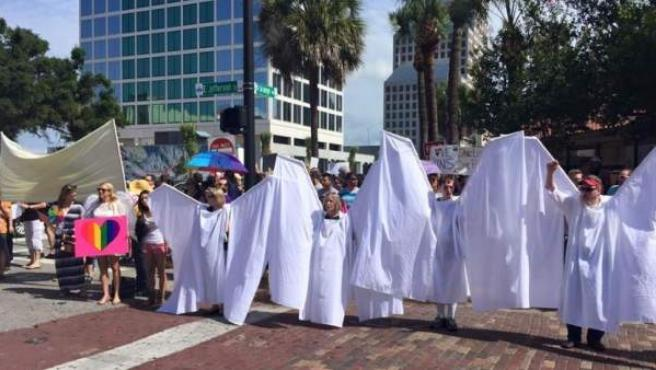 Imagen de la protesta anti homofóbica en Orlando.