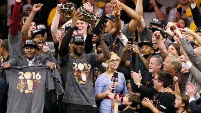 Los Cavaliers de Cleveland con el alero estrella LeBron James de líder, vencieron este domingo 19 dde junio de 2016 por 89-93 a los Warriors de Golden State en el séptimo y decisivo partido de las Finales de la NBA .