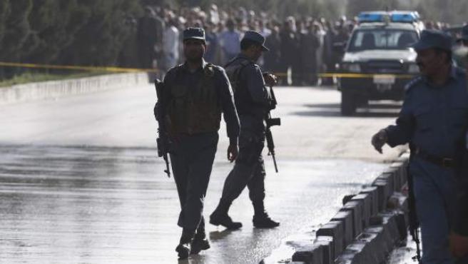 La policía de Afganistán acordona la zona tras el atentado en Kabul.