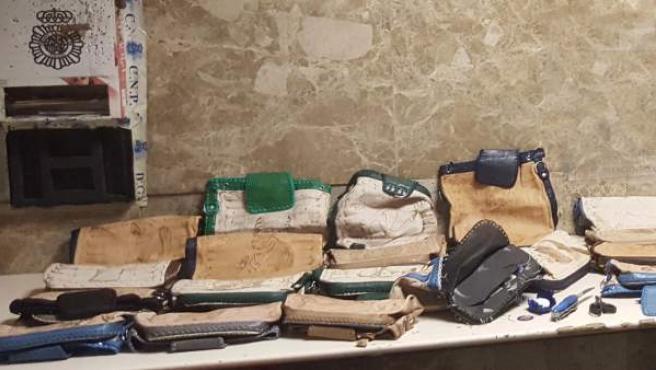 Bolsos incautados con droga en su interior.