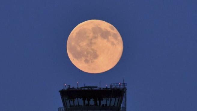 <p>La luna llena, iluminada con un tono ligeramente rojizo, cerca de Schönefeld (Alemania). El fenómeno natural se conoce como <em>Luna de fresa</em>.</p>