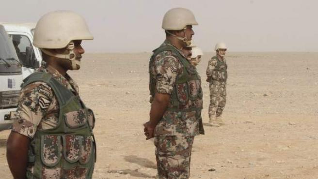 Varios soldados jordanos vigilan la frontera con Siria en la zona de Al Rugban, en el noreste de Jordania.