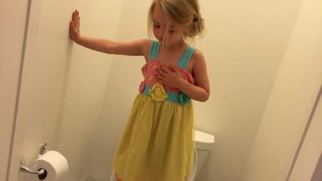 Imagen publicada en Facebook por Stacey Wehrman de su hija pequeña, subida a la taza del váter.