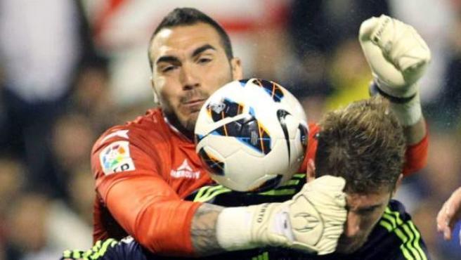 El portero Roberto despeja ante Sergio Ramos en un Zaragoza - Real Madrid.