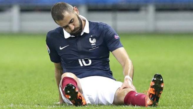 El delantero francés Karim Benzema, tras lesionarse en un partido amistoso de su selección ante Armenia.
