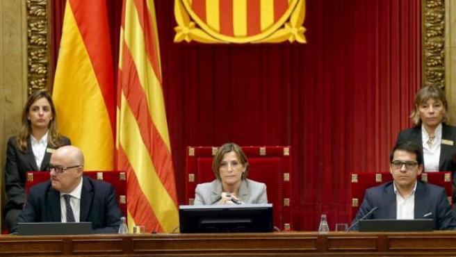 La presidenta del Parlament, Carme Forcadell, junto a los vicepresidentes Lluis Corominas (i) y José Maria Espejo-Saavedra (d).