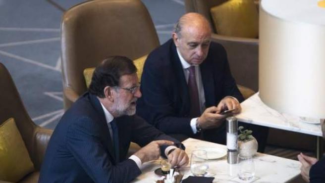 El presidente del Gobierno en funciones y líder del PP, Mariano Rajoy, acompañado por el ministro del Interior en funciones, Jorge Fernandez Díaz.