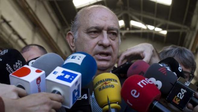 El ministro del Interior en funciones y candidato del PP por Barcelona, Jorge Fernández Díaz, atiende a los medios.