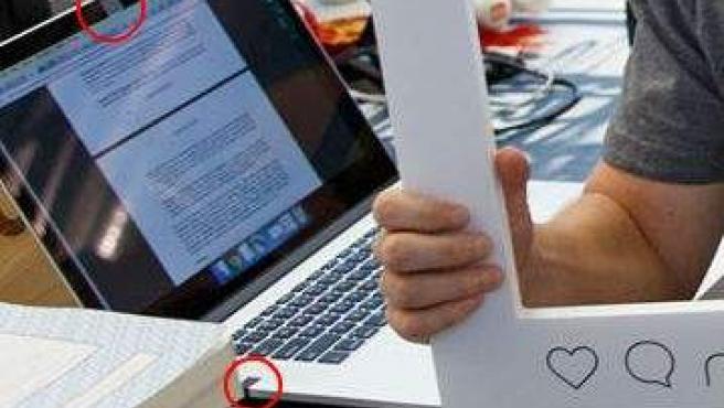La webcam y el micrófono del portátil de Mark Zuckerberg tapados con cinta adhesiva.