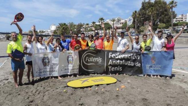 Dieciséis personas han obtenido la acreditación como instructores de tenis playa