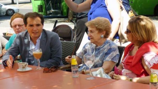 José Antonio Nieto con pensionistas