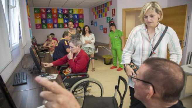 La alcaldesa de Camargo, Esther Bolado, visita la Asociación Caminando
