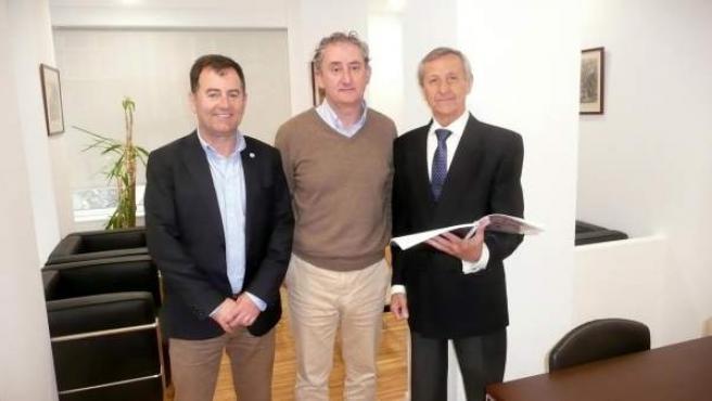 Miembros Asociación Donantes Sangre con presidente Colegio Médicos Cantabria