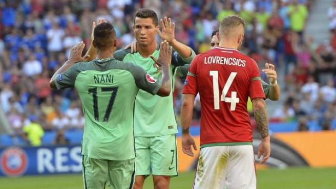 Cristiano Ronaldo celebra con Nani uno de sus goles en el Hungría - Portugal.