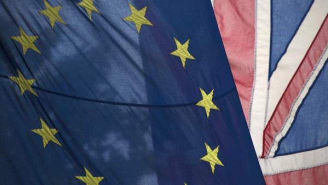 Banderas de Reino Unido y la UE.