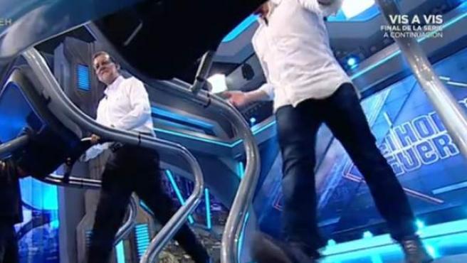 Rajoy camina con Pablo Motos en sendas cintas en el plató de 'El Hormiguero'.