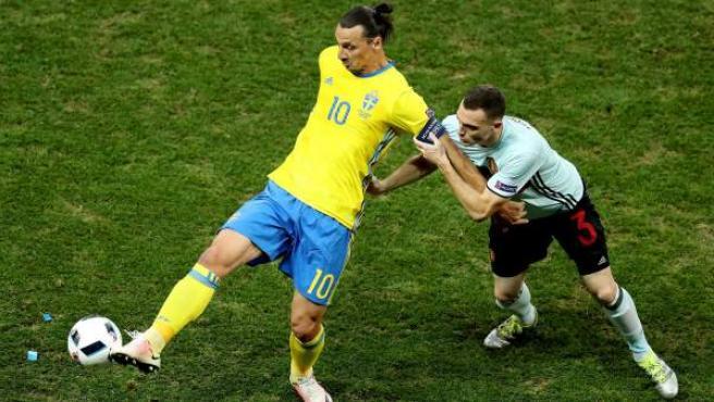 Ibrahimovic y Vermaelen durante el Suecia - Bélgica.