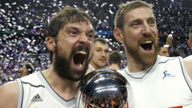Llull y Nocioni con el título de Liga Endesa que ganó el Real Madrid ante el Barcelona.