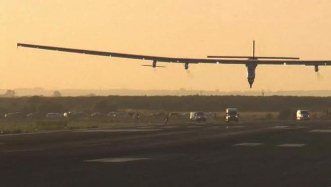 El avión Solar Impulse II, segundos antes de aterrizar en el aeropuerto de Sevilla, tras cruzar el Atlántico después de 90 horas de vuelo.