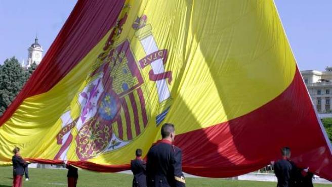 Foto de archivo del izado de una bandera española.