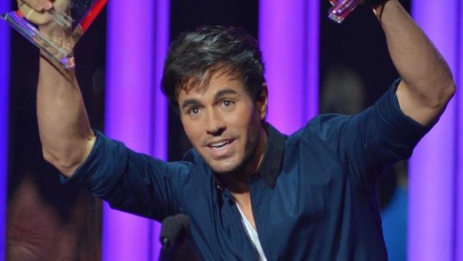 El cantante español Enrique Iglesias celebra en la ceremonia de entrega de los premios Billboard de la Música Latina 2015.