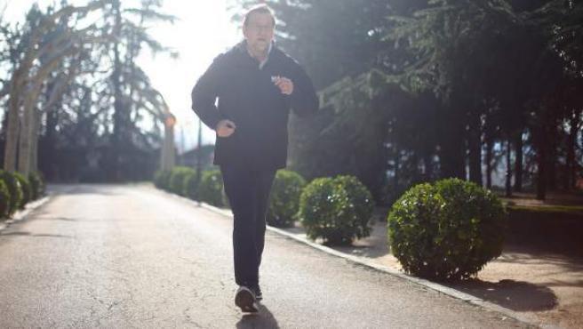 El candidato del PP a la reelección como presidente del Gobierno, Mariano Rajoy, corriendo en la mañana de la jornada de reflexión.