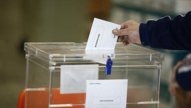 Un español votando el pasado 20 de diciembre en las elecciones generales.